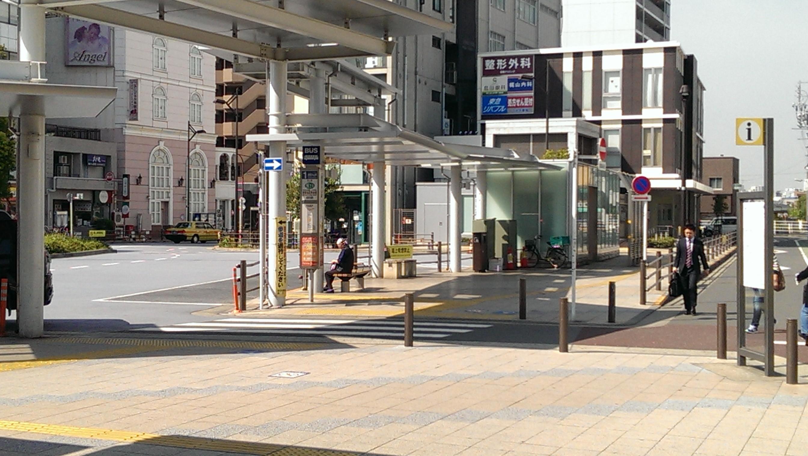 正面(ロータリーのバス停の先)に3階建ての東急駅前ビルが見えます。